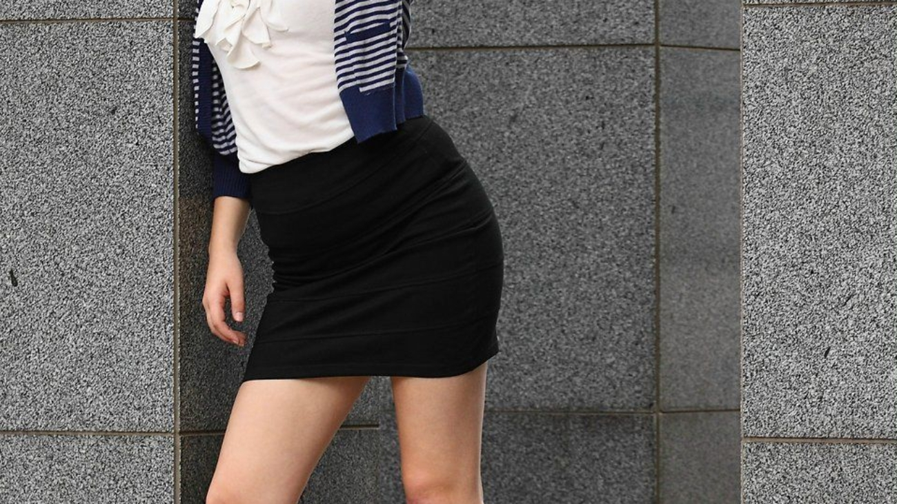 14914-a-beautiful-young-woman-in-business-attire-pv-business-woman